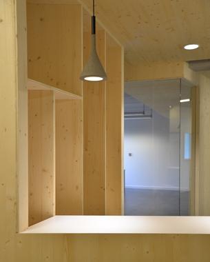 Un origami en bois qui s'intègre dans un bâti existant. Se développant dans les espaces communs, évoluant sur les murs et plafonds, se pliant et se dépliant dans le volume intérieur pour créer des espaces, du mobilier, des séquences…