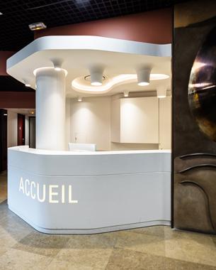 Le concept architectural propose est une banque d'accueil dont le design extérieur est déforme par les différents flux traversant le hall d'entrée mais aussi une érosion par rapport aux besoins des usagers a l'intérieur de la banque….