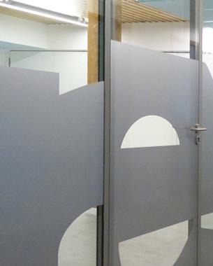 L'architecture joue un rôle particulier dans ce projet en misant sur le bon fonctionnement d'un nouveau groupement de centres médico-sociaux imaginé par le Conseil Général de l'Isère; elle se doit d'offrir des espaces confortables et conviviaux.