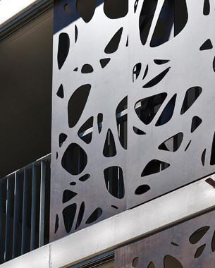 La ZAC de Bonne est un écoquartier, véritable modèle de l'urbanisme durable; un mélange entre commerces, services et logements, dans un cadre qui laisse une belle place aux parcs et jardins.  De grands noms de l'architecture sont intervenus sur place, et gtb participe avec la construction d'un des immeuble de logement, entre rue et jardin collectif, entre ombre et lumière...