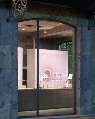 """Une vitrine ouverte et dynamique, symbole de l'entreprise d'aujourd'hui et de demain. Le projet propose trois volumes type """" container """" qui intègrent les fonctionnalités de l'activité. Ces trois éléments font face aux trois baies vitrées de la façade sur le square Dr Martin."""