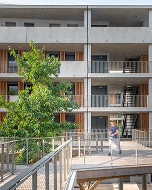 Ilot principal d'un futur quartier durable, les logements prennent place au cœur d'un projet paysager.  Se garer dans un parc, marcher à hauteur de feuillage, jardiner avec ses voisins... ce projet interroge les façons d'habiter et les nouveaux usages pour un mieux vivre ensemble.