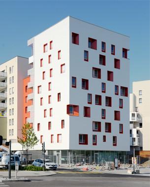 Signal urbain à l'entrée de l'écoquartier des Passerelles, ce projet  présente un pignon nord sculptural travaillé dans l'épaisseur avec un jeu d'ouvertures colorées.