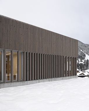 Un espace protecteur, ouvert sur le paysage. La façade s'étire, se prolonge et se déroule, tout en courbes et contre-courbes tel un ruban venant jouer avec les contreforts de la station.